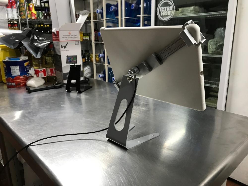 Base tipo atrio de seguridad antirrobo para iPad Pro en cocinas industriales TSCLK713